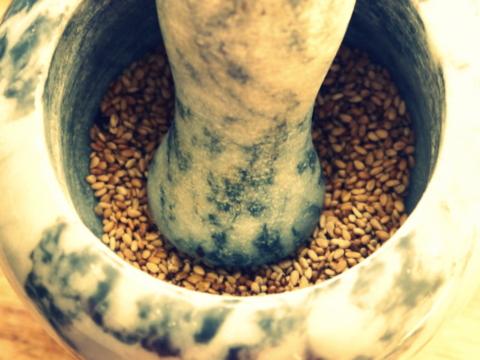 Semillas molidas para la receta de tahini